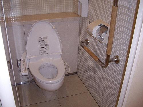 一般厕所内最少有一间加装扶手供老人使用的坐式马桶