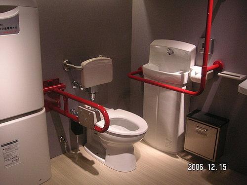 日本现行标准无障碍厕所马桶设有靠背