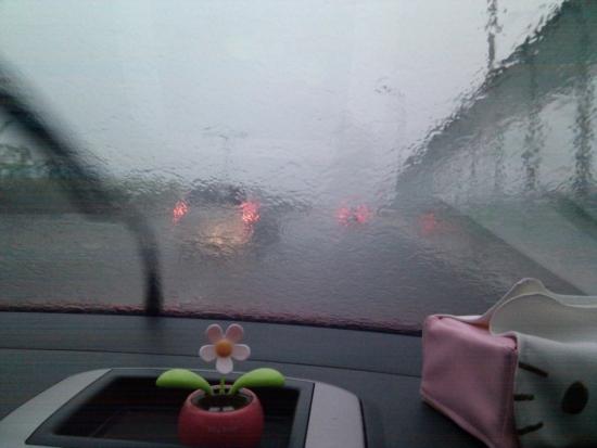 车窗外下雨的风景图片